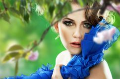Mulher sobre a árvore de cereja fotografia de stock royalty free