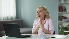 A mulher sobre 50 recebeu um email sobre o prêmio de vencimento na loteria em linha, sucesso vídeos de arquivo