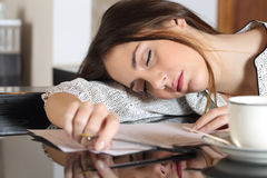 Mulher sobrecarregado cansado que descansa ao escrever notas Fotos de Stock