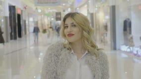 Mulher social do influencer dos meios que grava um vídeo para um vlog na alameda após a roupa e acessórios de compra - video estoque