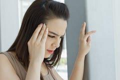 A mulher sofre da dor de cabeça, enxaqueca, esforço Imagens de Stock Royalty Free
