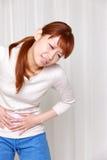 A mulher sofre da dor de estômago Fotografia de Stock