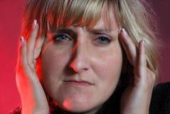A mulher sofre para a dor de cabeça Fotos de Stock Royalty Free