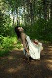 Mulher solitária na cadeira na floresta Foto de Stock Royalty Free