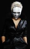 Mulher sombrio na máscara de prata Fotografia de Stock Royalty Free