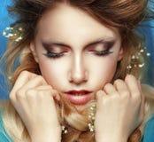 Mulher sonhadora com punhos apertados imagem de stock royalty free