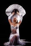 Mulher sonhadora no vestido branco imagens de stock royalty free