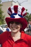 A mulher sorri com chapéu do tio Sam Fotos de Stock