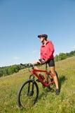 Mulher sportive nova na bicicleta de montanha fotos de stock