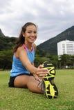 Mulher Sportive que estica no parque imagem de stock royalty free