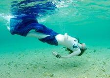 Mulher subaquática foto de stock