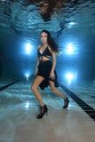 Mulher subaquática com saltos altos fotos de stock royalty free