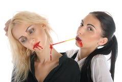 A mulher suga o sangue da garganta da outra mulher Imagens de Stock Royalty Free