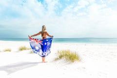 Mulher Suntanned na praia bonita em Austrália fotos de stock