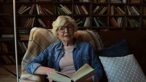 Mulher superior agradável que compartilha com você de sua sabedoria vídeos de arquivo