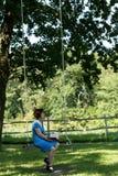 A mulher superior bonita no vestido azul do às bolinhas está sentando-se no Foto de Stock Royalty Free