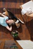 Mulher superior com cão, encontrando-se no terraço de madeira, relaxando fotografia de stock royalty free