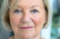 Mulher superior com cabelo e olhos azuis justos fotografia de stock