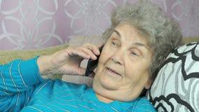 Mulher superior com smartphone que chama na sala filme
