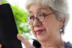 Mulher superior com tabuleta Fotos de Stock Royalty Free