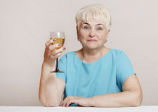 Mulher superior com vidro do vinho branco Fotografia de Stock Royalty Free