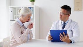 Mulher superior doente e reunião do doutor no hospital filme
