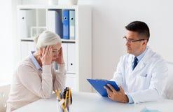 Mulher superior e reunião do doutor no hospital Fotografia de Stock
