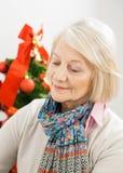 Mulher superior em Front Of Christmas Tree Fotos de Stock Royalty Free