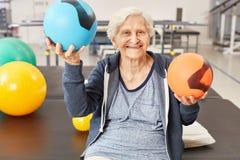 A mulher superior equilibra bolas na terapia ocupacional imagens de stock