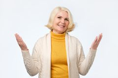 A mulher superior europeia levantou acima as mãos de braços das palmas em você imagem de stock royalty free