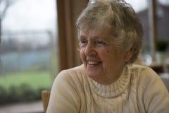 Mulher superior feliz de sorriso imagens de stock royalty free