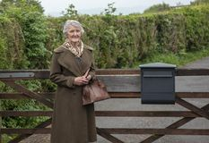Mulher superior feliz na porta de jardim fotografia de stock
