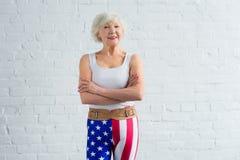 mulher superior feliz no sportswear que está com braços cruzados e sorriso foto de stock royalty free