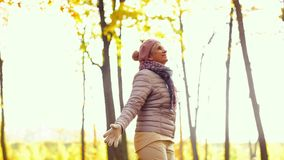Mulher superior feliz que aprecia o outono bonito video estoque