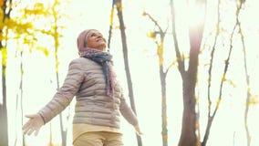 Mulher superior feliz que aprecia o outono bonito vídeos de arquivo