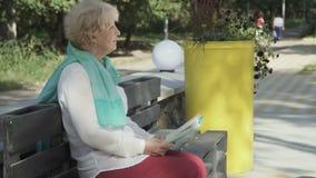 A mulher superior leu o livro no parque filme