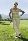 Mulher superior no campo de golfe Fotos de Stock