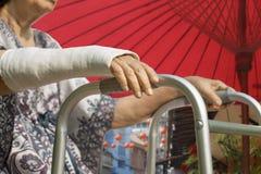 Mulher superior pulso quebrado usando o caminhante Fotos de Stock Royalty Free