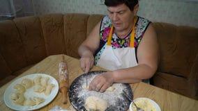 Mulher superior que cozinha na cozinha filme
