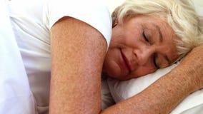 Mulher superior que dorme em sua cama video estoque