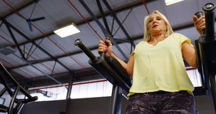 A mulher superior que faz o Abs exercita no estúdio 4k da aptidão filme