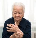 Mulher superior que mede seu pulso fotografia de stock royalty free