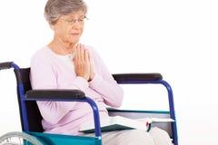 Mulher superior que praying Imagem de Stock
