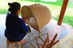Mulher superior que prepara o algodão para girar ao rosqueamento imagem de stock