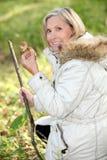 Mulher superior que recolhe cogumelos Imagens de Stock Royalty Free