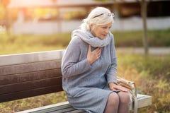 Mulher superior que sofre da dor no peito imagem de stock royalty free