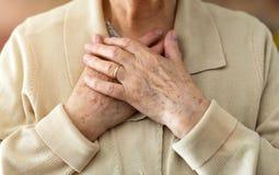 Mulher superior que sofre da dor no peito fotografia de stock