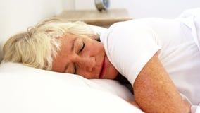 Mulher superior que sofre em sua cama filme