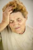 Mulher superior que tem a dor de cabeça Fotografia de Stock Royalty Free