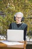 Mulher superior que tem uma chamada video imagens de stock